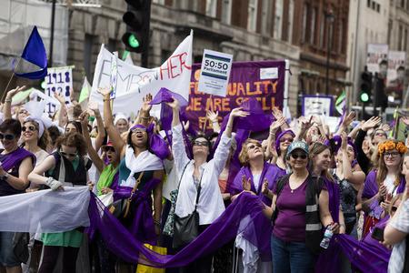 Londres, Royaume-Uni - 10 juin 2018: des milliers de femmes et de filles défilent à Londres pour célébrer les 100 ans du vote des femmes et de l'égalité des sexes, organisé par 14-18 maintenant et l'artichaut.