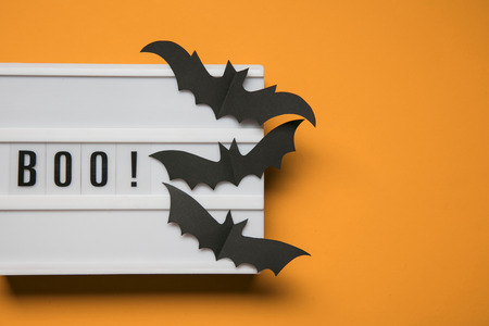 Boo! halloween lightbox message with black scary bats Banque d'images