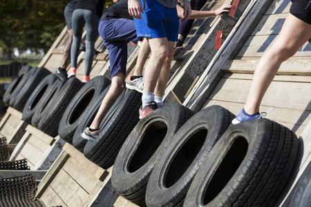 2018年9月13日,英国伦敦:参赛者在伦敦参加一场艰难的泥人5公里障碍赛。