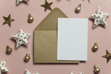 Kerstkaartsjabloon mock-up. Blanco kaart met envelop op roze achtergrond