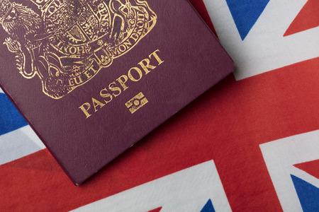 Pasaporte del Reino Unido con bandera Union Jack Gran Bretaña