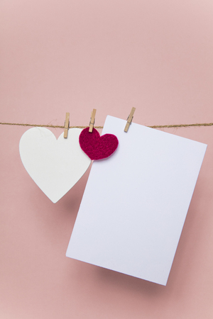 Love letter pegged to a line with red and white hearts. Banque d'images