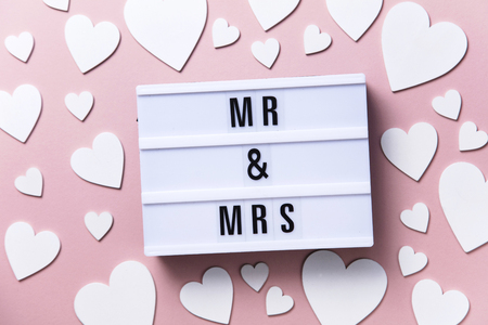 Mr and Mrs lightbox message with white hearts on a pink background Imagens