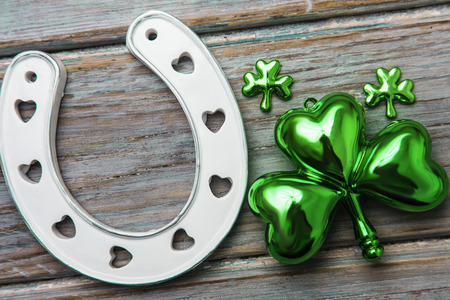 St Patricks Day lucky horse shoe and green shamrock Imagens