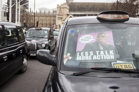 Taxis block roads in Westminster in protest Foto de archivo - 118838494