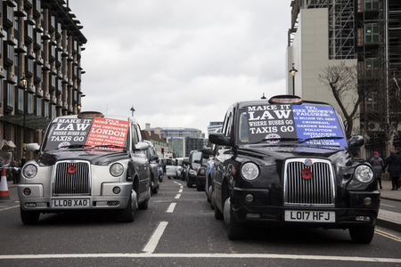 Taxis block roads in Westminster in protest Foto de archivo - 118838536