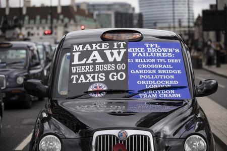 Taxis block roads in Westminster in protest Foto de archivo - 118838555