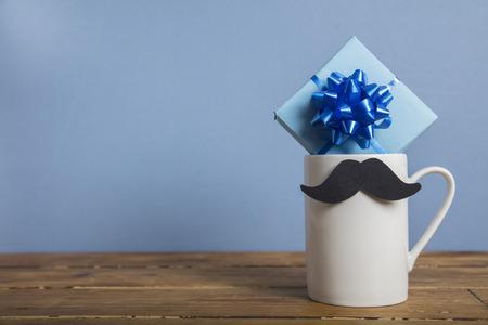 Cadeau de fête des pères avec une tasse à café et une moustache en papier