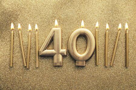 반짝이 배경에 번호 40 골드 축하 촛불