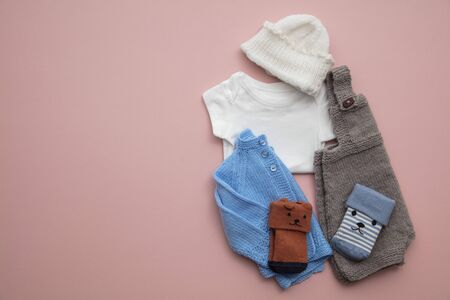 Newborn child clothing layout on a pastel pink background Stok Fotoğraf - 131352940