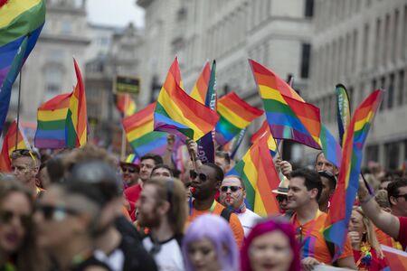 Londres, Royaume-Uni - 6 juillet 2019 : De grandes foules de personnes assistent à la marche annuelle des fiertés LGBTQ à Londres