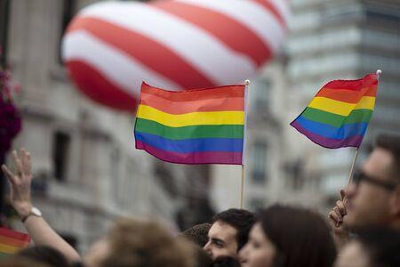 Londyn, Wielka Brytania – 6 lipca 2019 r.: Ludzie machają flagami dumy LGBTQ podczas marszu solidarności