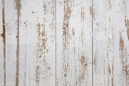 Weiße Holzdielen. Beunruhigter abgenutzter Dielenhintergrund weiß lackiert Standard-Bild