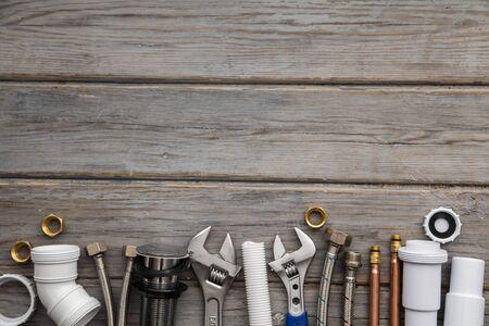 Plumping apparatuur op een houten achtergrond. professionele service achtergrond