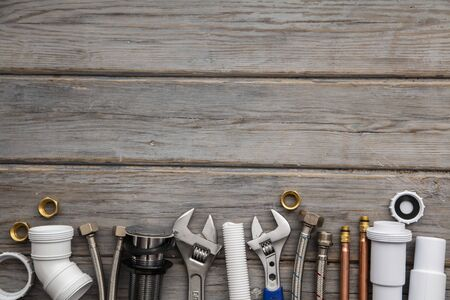 Sprzęt do pompowania na drewnianym tle. profesjonalne zaplecze serwisowe