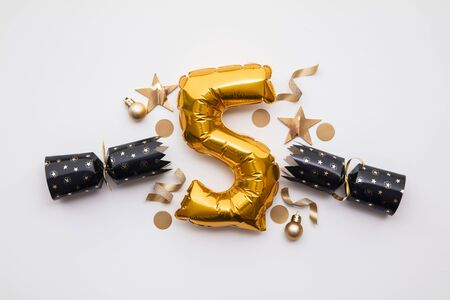 Christmas countdown. Gold number 5 with festive cristmas cracker decorations