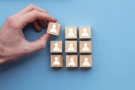 Hand Hinzufügen eines neuen Teammitglieds zu einer Gruppe. Betriebswirtschaftliches Konzept