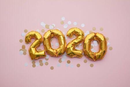 Celebración de la fiesta de año nuevo 2020. Globos de fiesta de lámina dorada con adornos