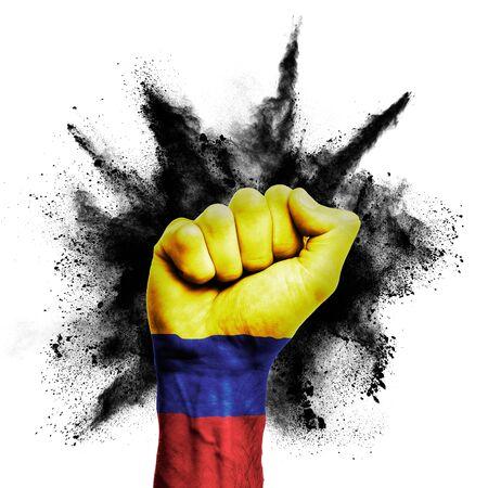 Kolumbien hob die Faust mit Pulverexplosion, Macht, Protestkonzept Standard-Bild