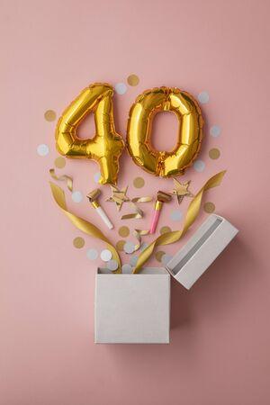 번호 40 생일 풍선 축하 선물 상자 누워 플랫 폭발 스톡 콘텐츠