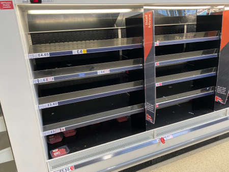 OXFORD, UK - March 16th 2020: Empty supermarket shelves at a local grocery store as people prepare for coronavirus lockdown Редакционное