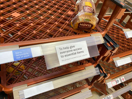 OXFORD, UK - March 16th 2020: Empty supermarket shelves at a local grocery store as people prepare for coronavirus lockdown 新聞圖片