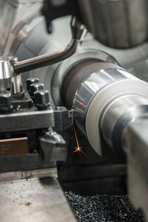 CNC Milling Machine Produces Metal Detail on Factory. 版權商用圖片 - 147917977