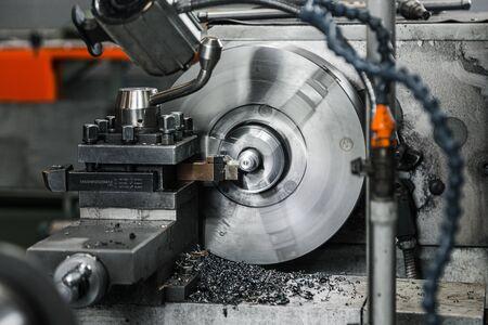 CNC Milling Machine Produces Metal Detail on Factory. 版權商用圖片 - 147919737