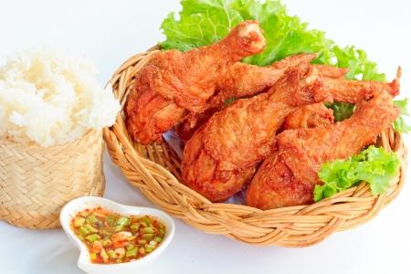 pollo frito: Platos calientes de carne - pollo frito con salsa roja picante y arroz pegajoso