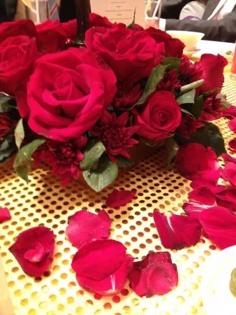 roses rouges: Table avec des roses rouges