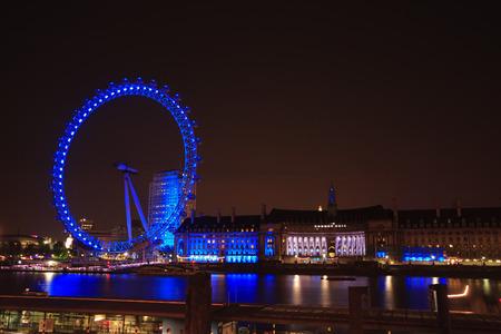 yeux: La lumière bleue London eye dans la nuit
