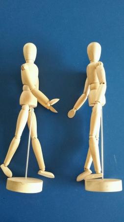 marioneta de madera: a dos t�teres de madera dan cita en Foto de archivo