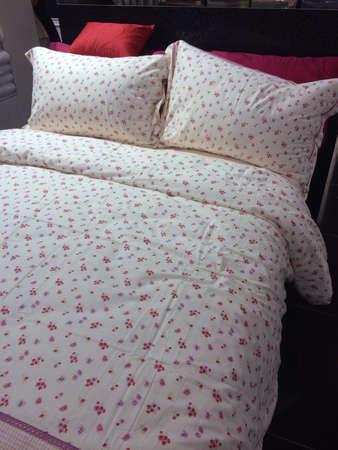 edred�n: Estampados florales edred�n y almohadas Foto de archivo