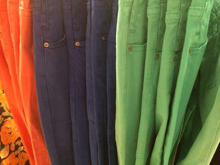 skinny jeans: Pantalones vaqueros flacos coloridos para las mujeres Foto de archivo