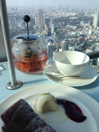 vue ville: th� avec une vue sur la ville de tokyo