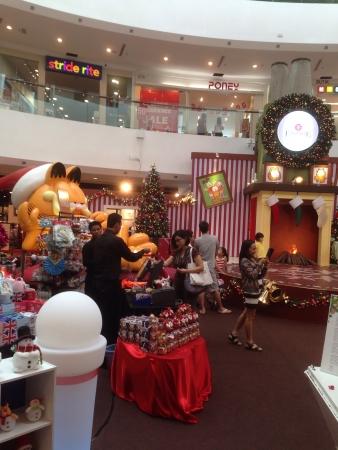 Vue de face de d�corations de No�l au centre commercial empire