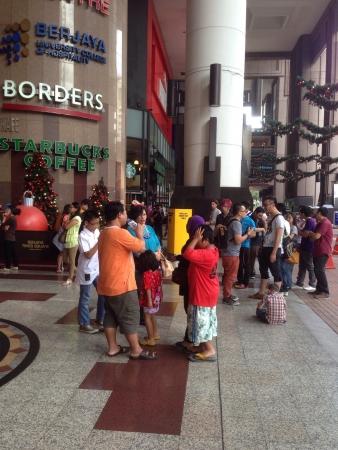 Foule attendant le centre commercial pour ouvrir
