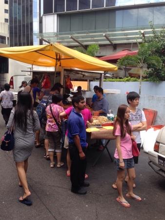 Hawker local vendant de la nourriture par la route