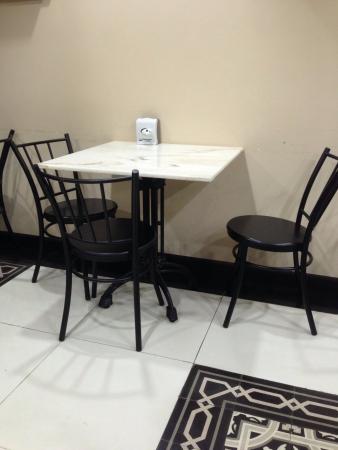 Simple 3 personne assise dans petit restaurant Banque d'images