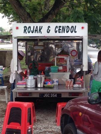La nourriture locale colporteur vendant finesse de Malaisie par route