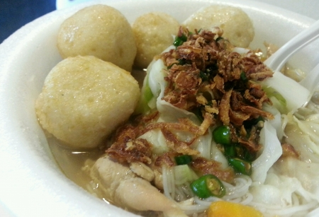 hoon: Chinese style of noodle soup served with fish balls and anchovies