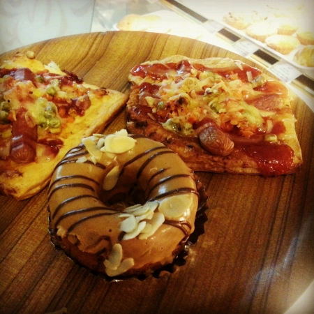 mini oven: Freshly baked mini pizzas and peanut butter doughnut