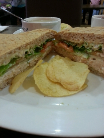 sandwich au poulet: Le sandwich au poulet avec des frites de pommes de terre