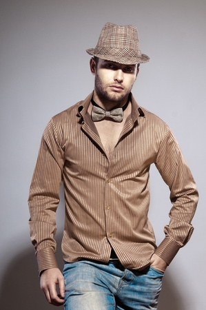 only young men: Young, l'uomo alla moda in un cappello