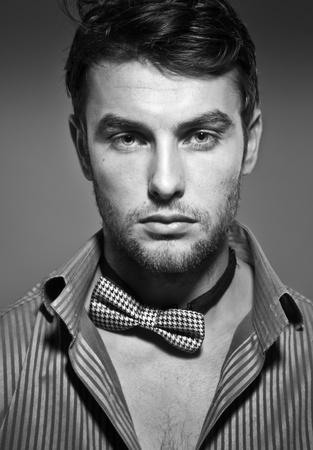 man close up: giovane uomo serio, close up, foto in bianco e nero Archivio Fotografico