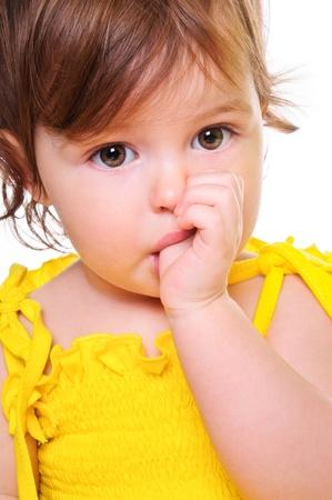 彼の口のスタジオ写真クローズ アップの肖像画で白で隔離され、指を保持している小さな子供