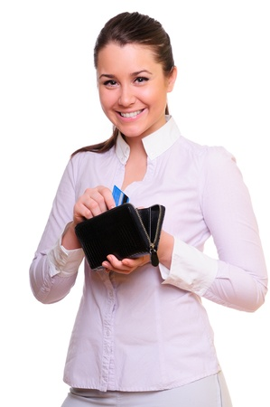 女性は白で隔離される彼女の財布のうちクレジット カードを取得 写真素材