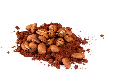CloseUp montón de granos de café en café tostado. Café en grano en el fondo macro del café molido. Café árabe tostado - ingrediente de la bebida caliente. aislado Foto de archivo