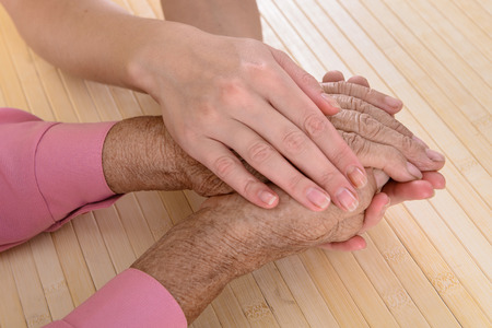 damas antiguas: Viejas y jovenes manos. Manos de la mujer - 80 a�os cubiertos con las manos j�venes