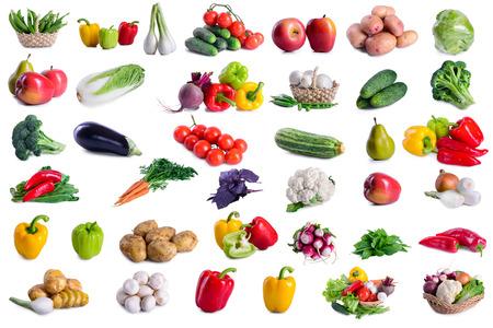 많은 야채의 컬렉션은 흰색 배경에 고립입니다. 프레임의 큰 깊이의 필드